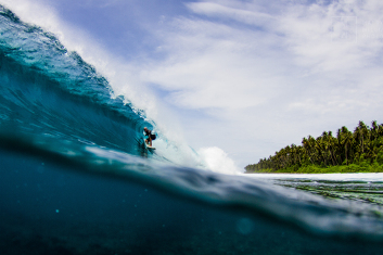 Intermediate surf Indonesia.